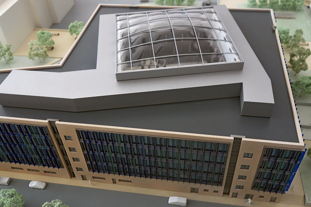 Foto, das das gesamte Dach des Präsentationsmodells, im Maßstab 1:200, des Gebäudes auf dem Fresenius Campus in Bad Homburg zeigt. Entworfen für BGF+ Architekten.