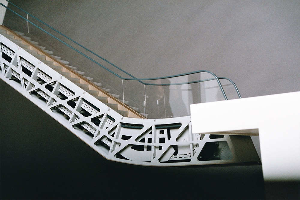Detailmodell einer Rolltreppe, im Maßstab 1:25, aus Kunststoff, mehrfarbig lackiert. Entworfen für Franken Architekten.