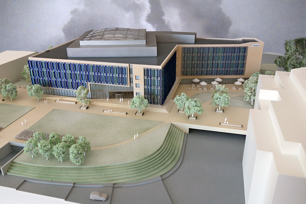 Präsentationsmodell des Gebäudes des Fresenius Campus im Maßstab 1:200, aus Kunststoff, mehrfarbig lackiert, für BGF+ Architekten.
