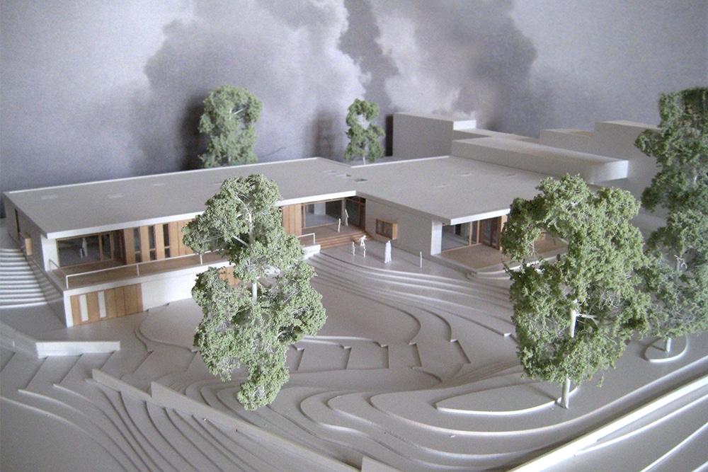 Präsentationsmodell im Maßstab 1:200, aus Kunststoff und Holz. Entworfen für hgp Architekten.