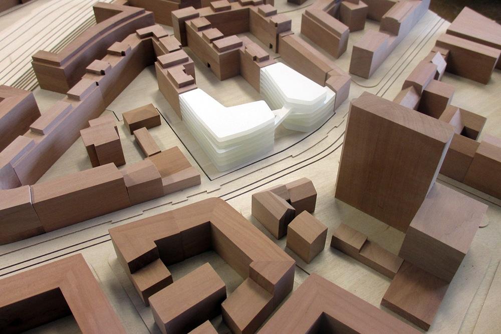 Städtebauliches Modell im Maßstab 1:500, aus Birnbaum-, Birkenholz und Acrylglas, für Forster Architekten, Lang + Cie. sowie eine Variante für KSP Engel Architekten.