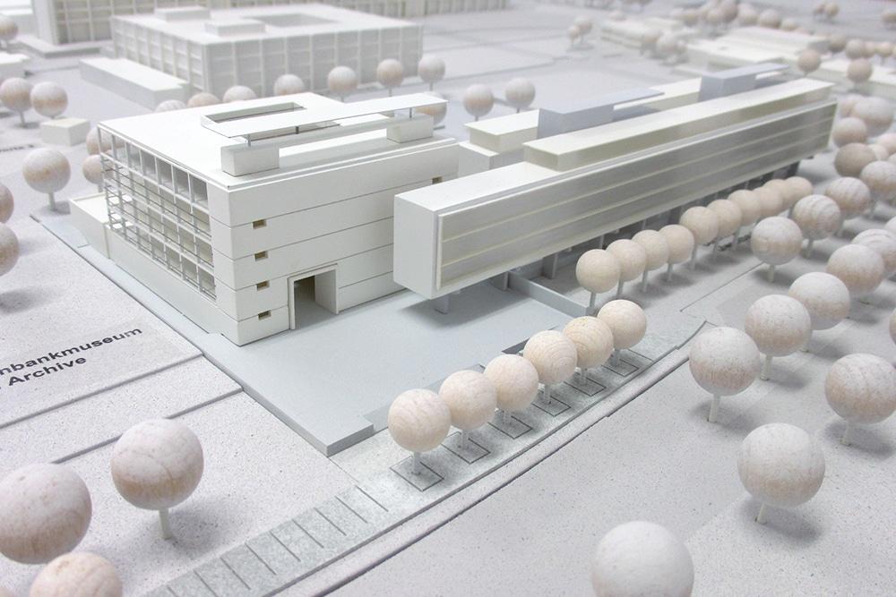 Übersichtsmodell des Geldmuseums der Bundesbank, im Maßstab 1:500, aus Kunst- und Holzwerkstoffen. Entworfen für KSP Engel Architekten.