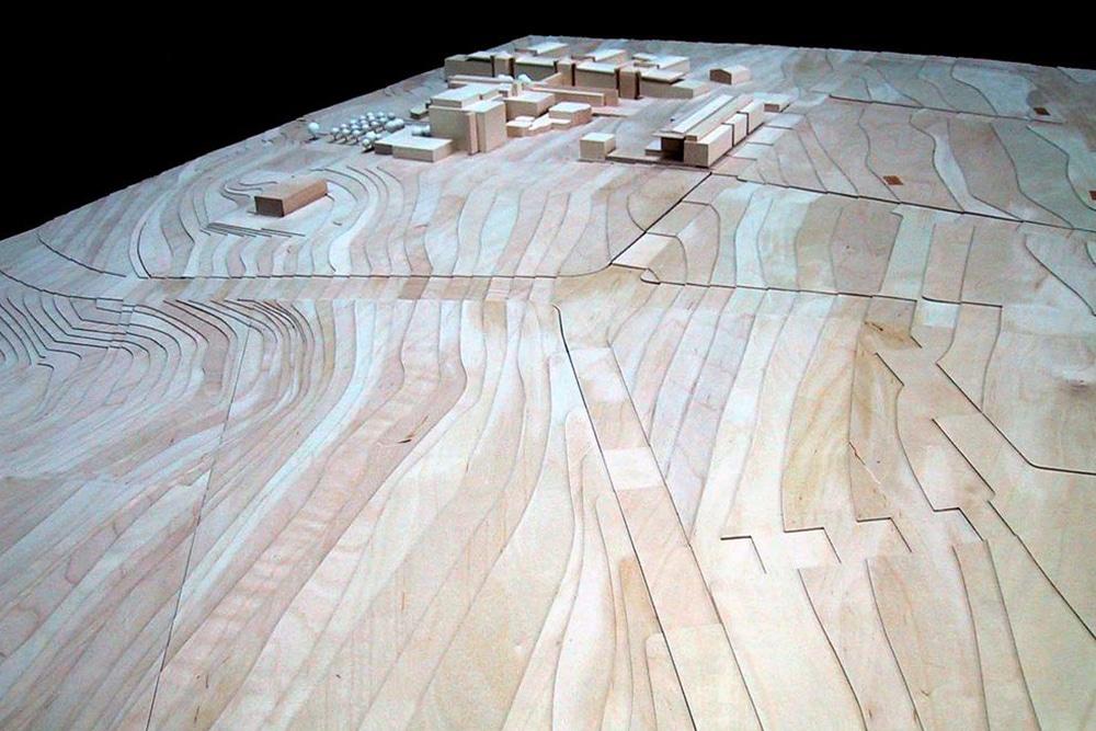 Wettbewerbsmodell des Campus Riedberg, im Maßstab 1:500, aus Ahorn und Holzwerkstoff. Entworfen für das hessische Baumanagement.