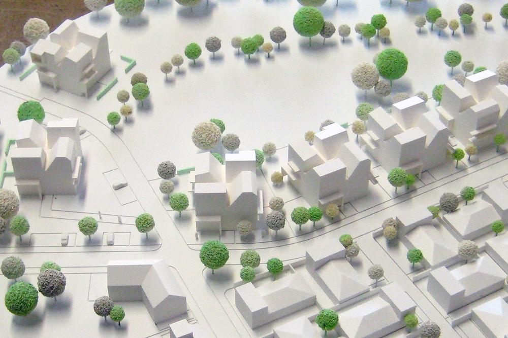 Wettbewerbsmodell im Maßstab 1:500, aus Kunststoff, mattweiß lackiert. Entworfen für Jourdan Müller Architekten.