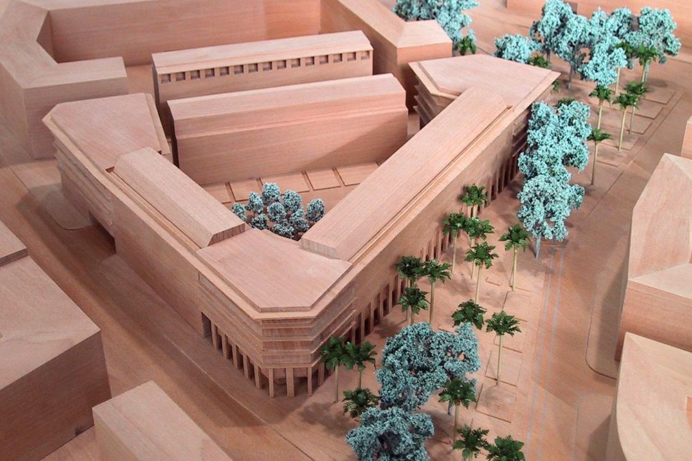 Wettbewerbsmodell im Maßstab 1:500, aus Birnbaumholz und geäzten Baummodellen. Entworfen für Landes und Partner.